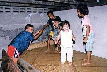 ไก่ขึ้นร้าน : การเล่นของเด็ก