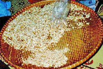 การกวนกระยาสารท กล้วยไข่